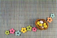 Troszkę Easter kosz z Easter jajkami i drewnianymi kwiatami obrazy royalty free