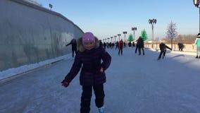 Troszkę jeździć na łyżwach na lodzie w zimie dziewczyna dziewczyna na język utknął Frontowy widok Outdoors handheld strzał zbiory wideo