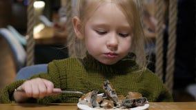 Troszkę je w kawiarni dziewczyna Cieszyć się posiłek, słodki naczynie zbiory wideo