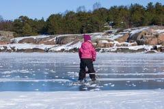 Troszkę jedzie Fińskiego tobogan na lodzie zatoka Finlandia dziewczyna Hanko, Finlandia Obraz Royalty Free