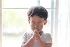 Troszkę modlitwa, A chłopiec ono modli się poważnie i z nadzieją Jezus zdjęcia royalty free