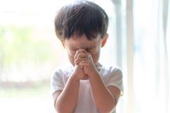 Troszkę modlitwa, A chłopiec ono modli się poważnie i z nadzieją Jezus obrazy royalty free