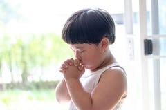 Troszkę modlitwa, A chłopiec ono modli się poważnie i z nadzieją Jezus fotografia stock