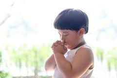 Troszkę modlitwa, A chłopiec ono modli się poważnie i z nadzieją Jezus zdjęcia stock
