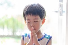 Troszkę modlitwa, A chłopiec ono modli się poważnie i z nadzieją Jezus obraz royalty free