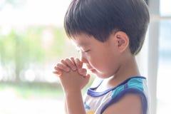 Troszkę modlitwa, A chłopiec ono modli się poważnie i z nadzieją Jezus zdjęcie royalty free