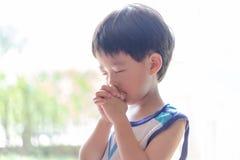 Troszkę modlitwa, A chłopiec ono modli się poważnie i z nadzieją Jezus obrazy stock