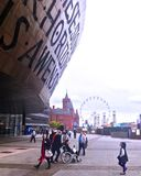 Troszkę patrzeje up przy ogromną fasadą nad wejście Walia milenium Centre w Cardiff Walia UK dziewczyna Wrzesień 2017 fotografia royalty free