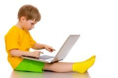Troszkę pracuje na laptopie chłopiec Zdjęcia Royalty Free