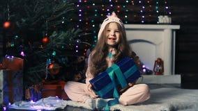 Troszkę rzuca prezent w ona dziewczyna pod choinką ręki zdjęcie wideo