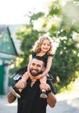 Troszkę siedzi na ramionach córka obraz royalty free
