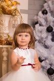 Troszkę starzeje się na jej palcach dziewczyna w nowego roku ` s sukni świątecznych przedstawieniach Obraz Royalty Free