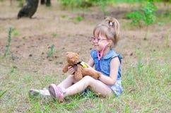 Troszkę taktuje jej misia w lasowej haliźnie dziewczyna kopia zdjęcia stock