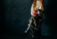 Troszkę trzyma czerwoną zabawkę dziewczyna w rocznik sukni, karuzela zanudza obraz stock