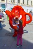 Troszkę trzyma nadmuchiwaną reklamy zabawkę ręką dziewczyna Fotografia Royalty Free