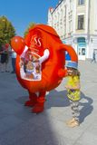 Troszkę trzyma nadmuchiwaną reklamy zabawkę ręką dziewczyna Obraz Royalty Free