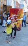 Troszkę trzyma nadmuchiwaną reklamy zabawkę ręką dziewczyna Obraz Stock