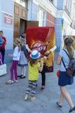 Troszkę trzyma nadmuchiwaną reklamy zabawkę ręką dziewczyna Fotografia Stock