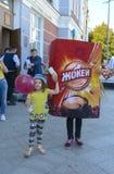 Troszkę trzyma nadmuchiwaną reklamy zabawkę ręką dziewczyna Zdjęcie Stock