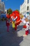 Troszkę trzyma nadmuchiwaną reklamy zabawkę ręką dziewczyna Obrazy Stock