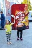 Troszkę trzyma nadmuchiwaną reklamy zabawkę ręką dziewczyna Zdjęcia Royalty Free