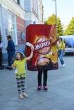 Troszkę trzyma nadmuchiwaną reklamy zabawkę ręką dziewczyna Obrazy Royalty Free