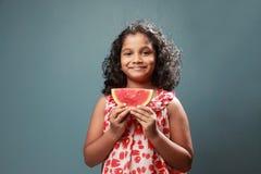 Troszkę trzyma plasterek arbuz dziewczyna zdjęcia royalty free