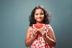 Troszkę trzyma plasterek arbuz dziewczyna fotografia royalty free