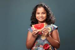 Troszkę trzyma plasterek arbuz dziewczyna obrazy stock
