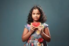 Troszkę trzyma plasterek arbuz dziewczyna zdjęcie royalty free