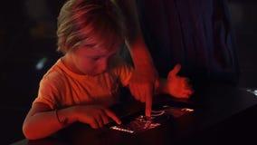 Troszkę używa pastylka komputer osobistego z astronomiczną zodiak mapą chłopiec Dziecko edukaci pojęcie zbiory