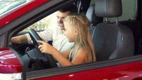 Troszkę udaje obracać kierownicę dziewczyna i zbiory
