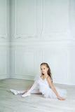 Troszkę urocza młoda balerina w figlarnie nastroju w inter Obrazy Stock