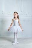 Troszkę urocza młoda balerina w figlarnie nastroju w inter Zdjęcie Royalty Free