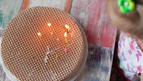 Troszkę zaświeca świeczki na domowej roboty torcie dziewczyna Pojęcie autonomia zbiory wideo