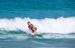 Troszkę Zachodniej chłopiec ćwiczy surfować w Kat plaży obrazy royalty free