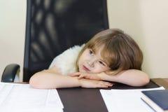 Troszkę zmęczony dziewczyny obsiadanie w krześle na dorosłej miejsce pracy w biurze zdjęcie stock