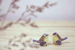 Troszkę dwa ceramicznego ptaka na drewnianym stole Fotografia Royalty Free