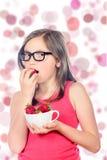 Troszkę dziewczyna je truskawki Zdjęcia Royalty Free