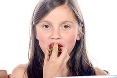 Troszkę dziewczyna je truskawki Obrazy Stock