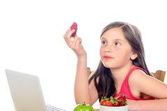 Troszkę dziewczyna je truskawki Zdjęcie Royalty Free