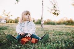 Troszkę dziewczyna na trawie Zdjęcia Royalty Free