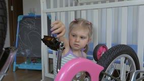 Troszk? dziewczyna, naprawianie bicykl z ?rubokr?tu obsiadaniem w pepinierze zbiory