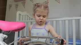 Troszk? dziewczyna, naprawianie bicykl z ?rubokr?tu obsiadaniem w pepinierze zbiory wideo