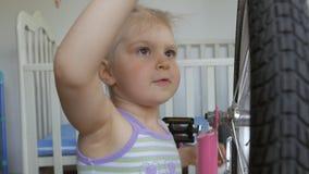 Troszk? dziewczyna, naprawianie bicykl z ?rubokr?tu obsiadaniem w pepinierze zdjęcie wideo