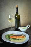 Trota al forno con salsa e broccoli Fotografia Stock Libera da Diritti