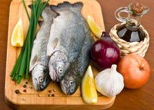 Trota fresca dei pesci grezzi con le verdure fotografie stock