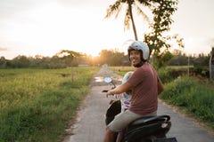 'trotinette' asiático da motocicleta do passeio do pai e da criança imagem de stock royalty free