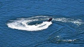 'trotinette' do esqui do jato da equitação do homem sobre a água do mar azul filme