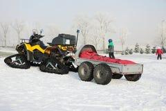 'trotinette' do inverno Carro de neve amarelo em uma estadia de inverno Imagens de Stock